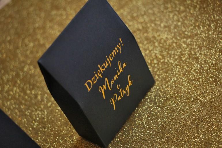 Pudełeczko na słodkości w stylu Glamour jako podziękowania dla gości weselnych. Kolor granatowy