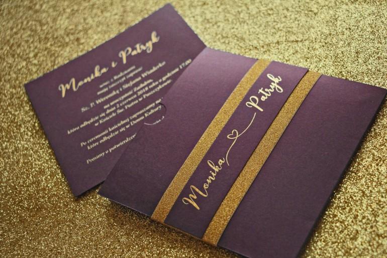 Zaproszenia ślubne w stylu Glamour ze złoceniem i ozdobnym brokatowym papierem. Kolor Fioletowy