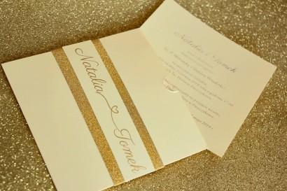 Zaproszenia ślubne w stylu Glamour ze złoceniem i ozdobnym brokatowym papierem. Kolor Waniliowy - Glamour nr 5