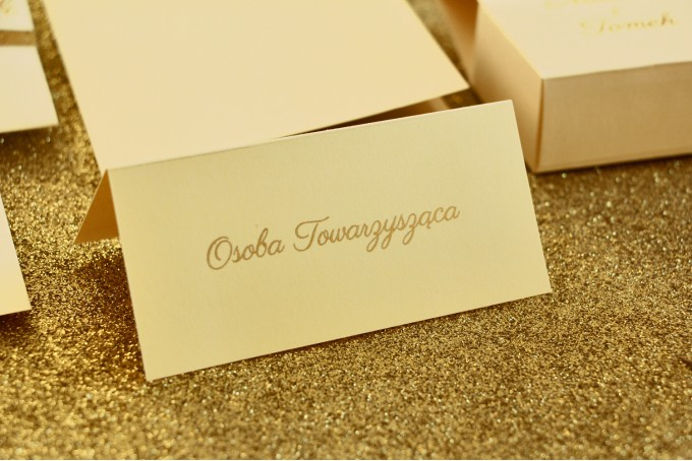 Winietki ślubne, wizytówki na stół weselny ze złoceniem w stylu Glamour - Waniliowe