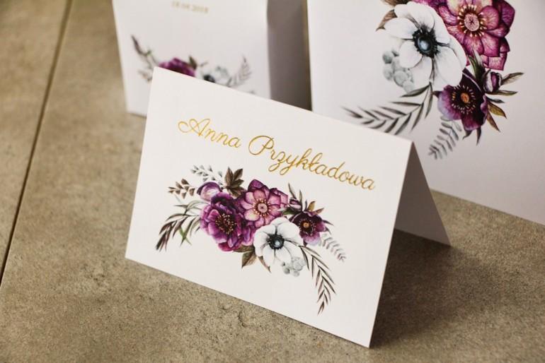 Fioletowe Winietki, wizytówki na stół weselny ze złoceniami, złote winietki weselne z białymi anemonami, ciemiernikiem i cyniami