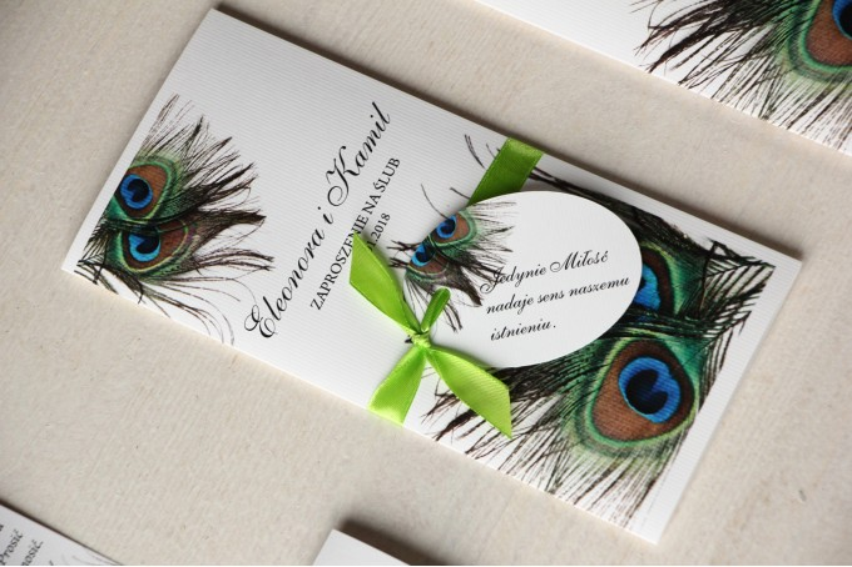 Zaproszenia ślubne z pawim piórem. Kolorowa grafika pawich piór jako uzupełnienie motywu przewodniego wesela.