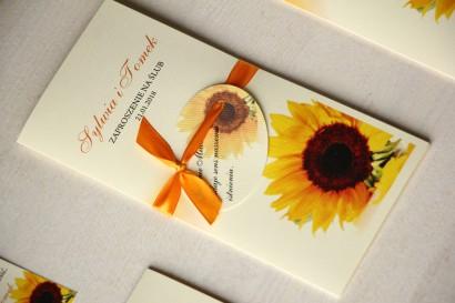 Zaproszenia ślubne ze słonecznikiem. Całość przewiązana ozdobną przywieszką z wierszykiem.