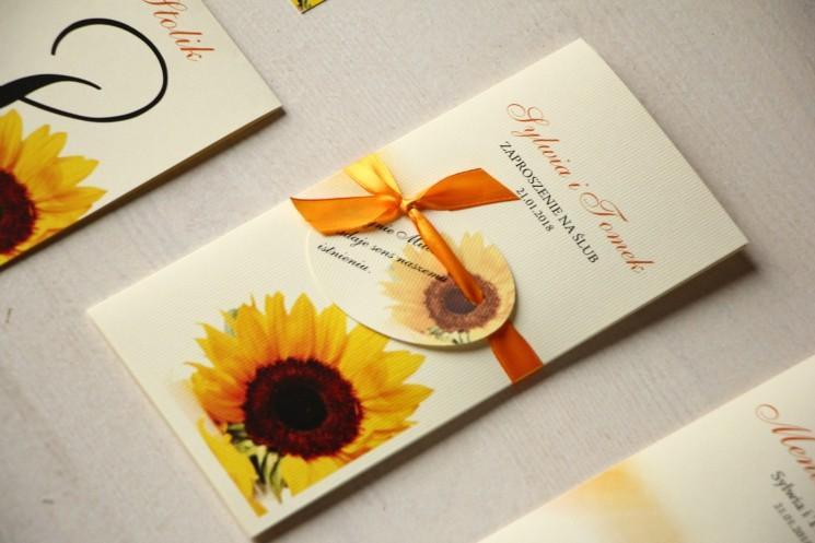 Zaproszenia ślubne ze słonecznikiem. Całość przewiązana ozdobną przywieszką z wierszykiem - Magnet nr 7