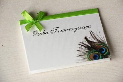 Ślubne Winietki na stół weselny z pawim piórem. Kolorowa grafika pawich piór jako uzupełnienie motywu przewodniego wesela.