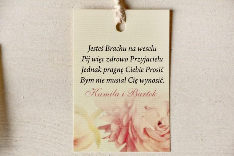 Kremowe zawieszki na butelki weselne z piwonią w pastelowym odcieniu jasnego różu.