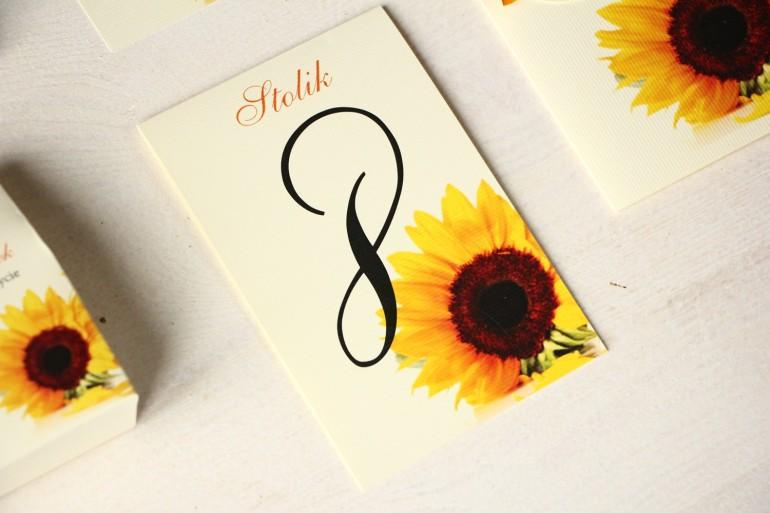 Kwiatowe Numery stolików na stoły weselne ze słoneczkiem.