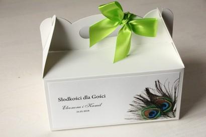 Pudełko na Ciasto weselne z pawim piórem. Kolorowa grafika pawich piór jako uzupełnienie motywu przewodniego wesela.