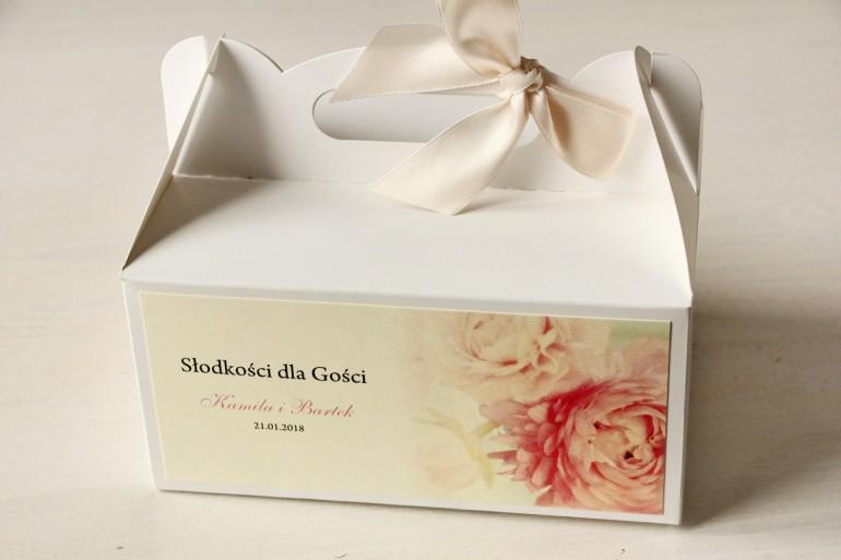Pudełko na Ciasto weselne z piwonią w pastelowym odcieniu jasnego różu.