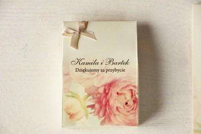 Pudełeczko na słodkości jako podziękowania dla gości weselnych. Grafika z piwonią w pastelowym odcieniu jasnego różu