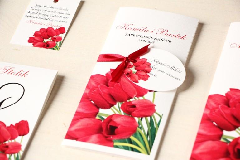 Zaproszenia ślubne z czerwonymi tulipanami. Całość przewiązana ozdobną przywieszką z wierszykiem.