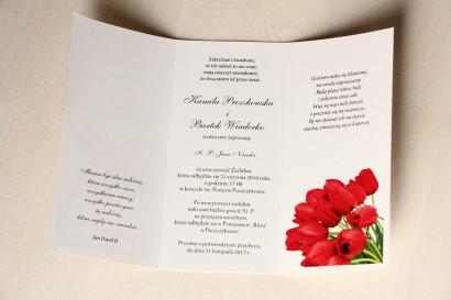 Zaproszenia ślubne z czerwonymi tulipanami. Całość przewiązana ozdobną przywieszką z wierszykiem - Wnętrze zaproszenia