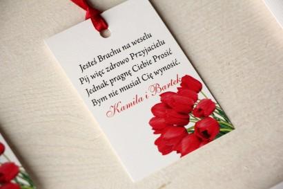 Kwiatowe zawieszki na butelki weselne z czerwonymi tulipanami