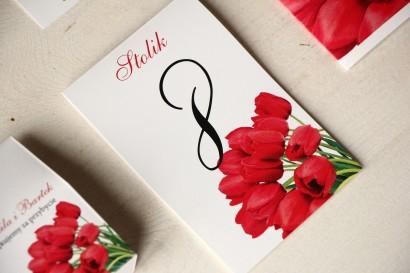 Kwiatowe Numery stolików na stoły weselne z czerwonymi tulipanami