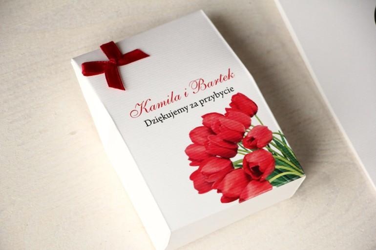 Pudełeczko na słodkości jako podziękowania dla gości weselnych. Grafika z czerwonymi tulipanami