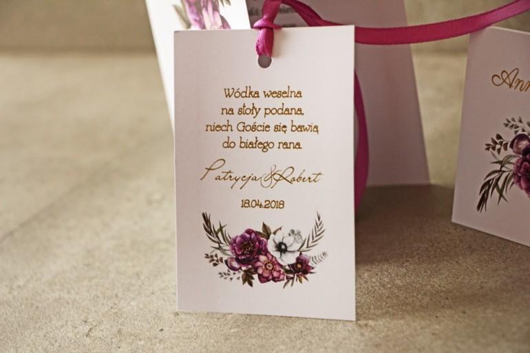 Fioletowe zawieszki na butelki weselne ze złoceniami, złote zawieszki z z białymi anemonami, ciemiernikiem i cyniami