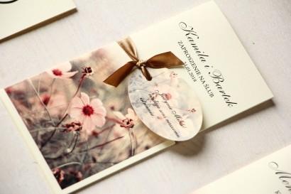 Jesienne zaproszenia ślubne w kolorach kremowo-brązowych. Całość przewiązana ozdobną przywieszką z wierszykiem.