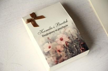 Pudełeczko na słodkości jako podziękowania dla gości weselnych. Grafika w kolorach kremowo-brązowych