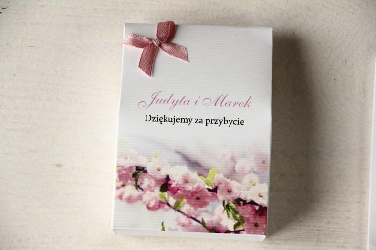 Pudełeczko na słodkości jako podziękowania dla gości weselnych. Grafika z gałązką kwitnącej wiśni.