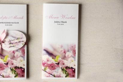 Botaniczne Menu Weselne z gałązką kwitnącej wiśni.