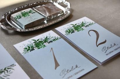 Numery stolików z grafiką z eukaliptusem i srebrzeniem