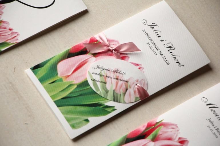 Zaproszenia ślubne z różowymi tulipanami z ozdobną przywieszką z wierszykiem.