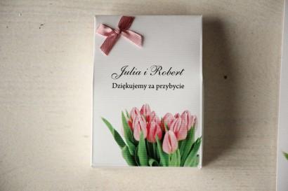 Pudełeczko na słodkości jako podziękowania dla gości weselnych. Grafika z różowymi tulipanami
