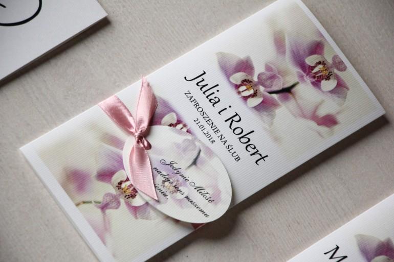 Zaproszenia ślubne z orchideą z ozdobną przywieszką z wierszykiem.