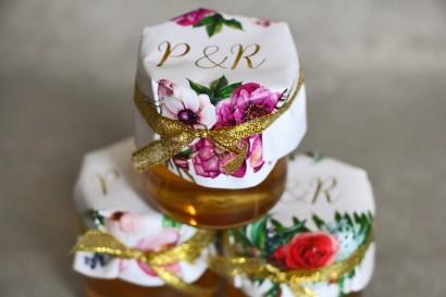Słoiczek z miodem - słodkie podziękowanie dla gości weselnych. Złocone inicjały. Połączenie białych i fioletowych anemonów