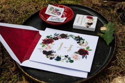 Jesienne zaproszenia ślubne z burgundowymi piwoniami i różowymi różami