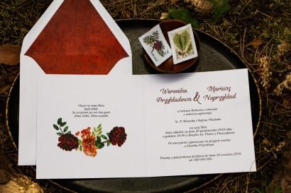 Jesienne zaproszenia ślubne z jarzębiną, bordowymi różami i pomarańczowymi goździkami - wnętrze zaproszenia