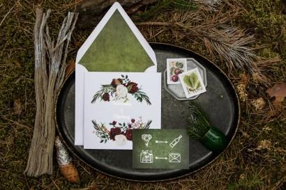 Zimowe zaproszenia ślubne z bordowymi piwoniami z dodatkiem bieli i zieleni