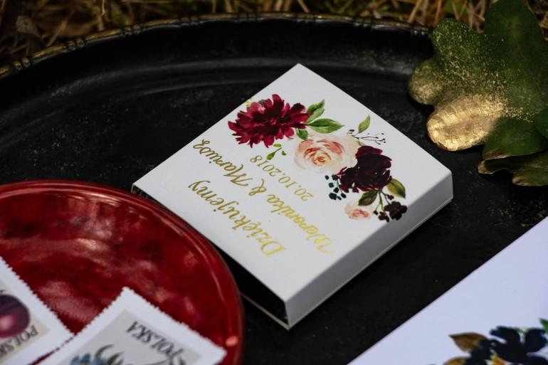 Podziękowanie dla gości weselnych w postaci mlecznej czekoladki, owijka z grafiką z burgundowymi piwoniami i różowymi różami
