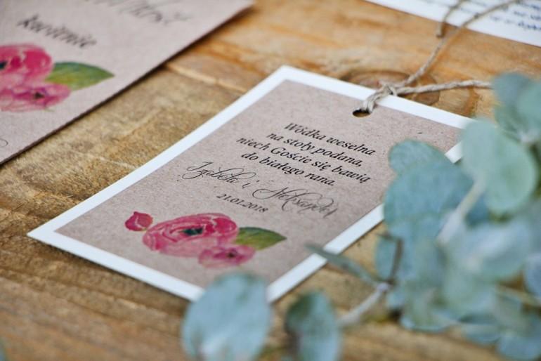 Zawieszka na butelkę, wódka weselna, ślub - Margaret nr 2 - Różowe kwiaty z akcentem zieleni