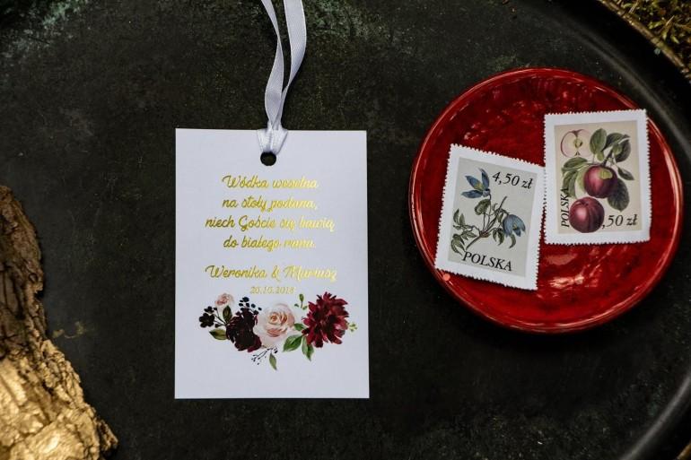 Zawieszki na butelki weselne ze złoceniem. Grafika z burgundowymi piwoniami i różowymi różami