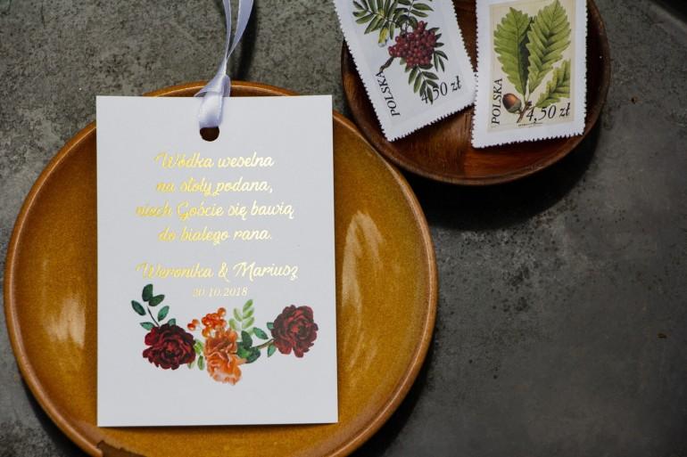 Zawieszki na butelki weselne ze złoceniem. Grafika z jarzębiną, bordowymi różami i pomarańczowymi goździkami