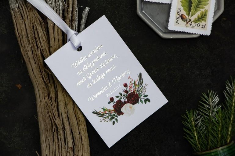 Zawieszki na butelki weselne ze srebrzeniem. Grafika z bordowymi piwoniami z dodatkiem bieli i zieleni