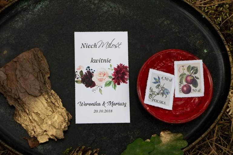 Podziękowania dla gości weselnych w postaci opakowania nasion. Grafika z burgundowymi piwoniami i różowymi różami