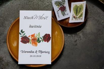 Podziękowania dla gości weselnych w postaci opakowania nasion. Grafika z jarzębiną, bordowymi różami i pomarańczowymi goździkami
