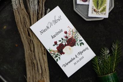 Podziękowania dla gości weselnych w postaci opakowania nasion. Grafika z bordowymi piwoniami z dodatkiem bieli i zieleni