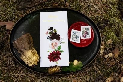 Menu Weselne ze złoceniem. Grafika z burgundowymi piwoniami i różowymi różami z dodatkami niebieskiego i zieleni