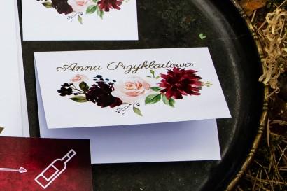 Winietki ślubne ze złoceniem, grafika z burgundowymi piwoniami i różowymi różami z dodatkami niebieskiego i zieleni