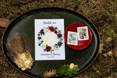 Złocone Numery Stolików Weselnych. Grafika z burgundowymi piwoniami i różowymi różami z dodatkami niebieskiego i zieleni