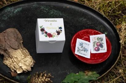 Złocone Pudełeczko na słodkości jako podziękowania dla gości. Grafika z burgundowymi piwoniami i różowymi różami