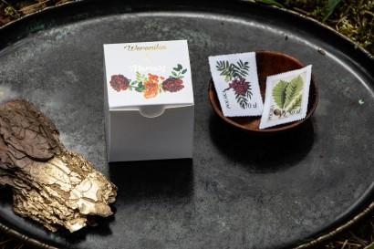 Złocone Pudełeczko na słodkości jako podziękowania dla gości. Grafika z jarzębiną, bordowymi różami i pomarańczowymi goździkami