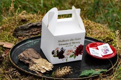 Złocone pudełko na ciasto weselne. Grafika z burgundowymi piwoniami i różowymi różami z dodatkami niebieskiego i zieleni