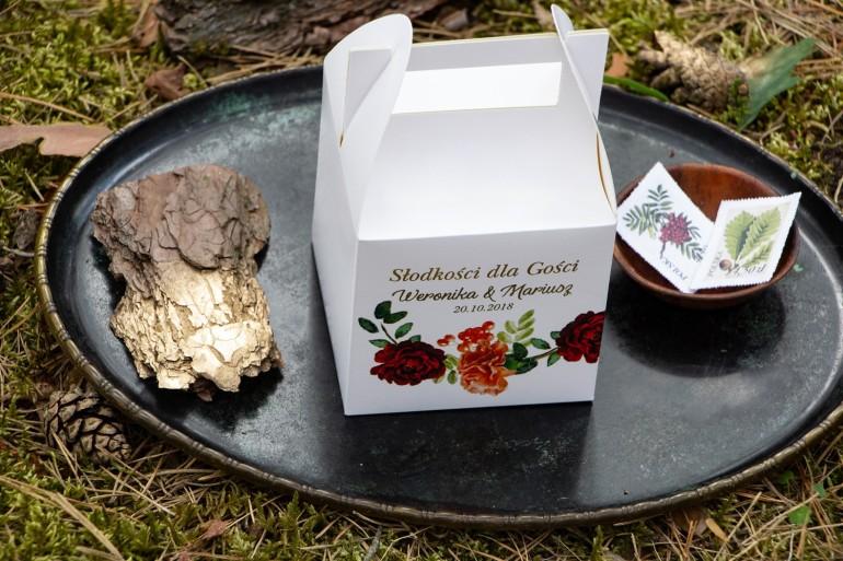 Złocone pudełko na ciasto weselne. Grafika z jarzębiną, bordowymi różami i pomarańczowymi goździkami
