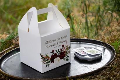 Srebrzone pudełko na ciasto weselne. Grafika z bordowymi piwoniami z dodatkiem bieli i zieleni