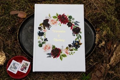 Weselna Księga Gości ze złotymi napisami. Grafika z burgundowymi piwoniami i różowymi różami
