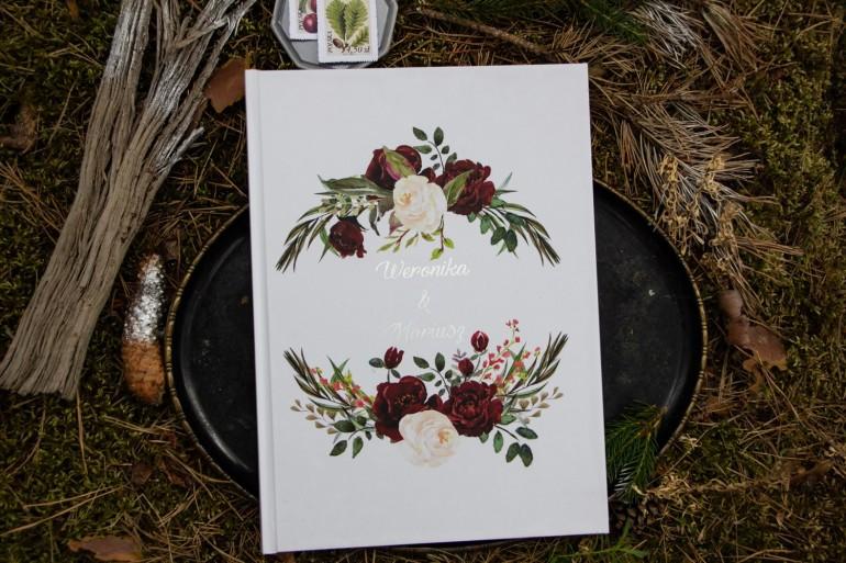 Weselna, ślubna Księga Gości ze srebrnymi napisami. Grafika z bordowymi piwoniami z dodatkiem bieli i zieleni